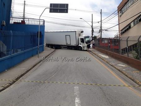 Caminhão frigorífico quase tomba no centro de Cotia