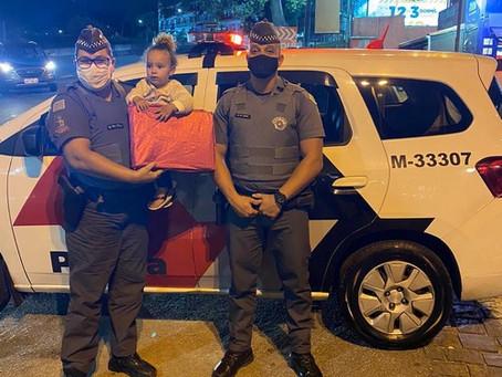 Policiais militares presenteiam crianças nos bairros de Cotia