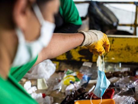 Perigo: Cooperativa em Cotia registra aumento de máscaras e luvas no material reciclável