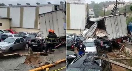Cotia: Caminhão invade estacionamento após perder o freio