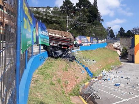 Caminhão perde o freio e por pouco não cai dentro de atacadista