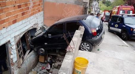 Motorista perde o controle de veículo e invade residência no Mirante da Mata