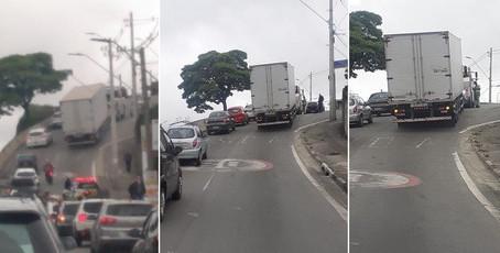 De novo: Caminhão trava o trânsito na subida do Mercado Municipal, em Cotia