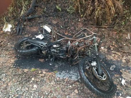 Cotia: PM localiza motocicleta incendiada no Jd. Pioneira