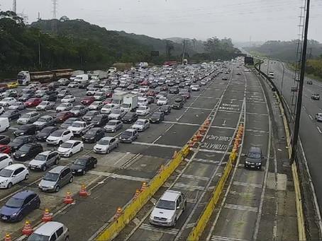 Mais de 100 mil veículos descem sentido litoral paulista