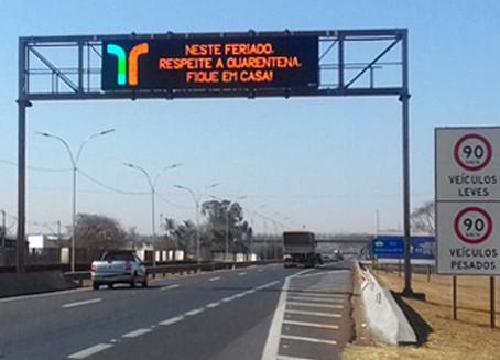 Mensagens nas rodovias estaduais reforçam orientação para motoristas evitarem viajar no feriado
