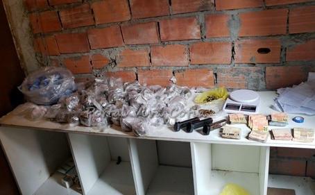 Durante operação, equipes de BAEP prendem cinco indivíduos e apreendem drogas e munições em Cotia
