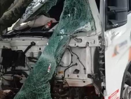 Caminhão perde freio e atravessa Estrada do Embu