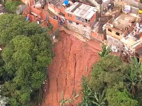 Embu das Artes: Desabamento deixa  família soterrada próximo ao Rodoanel