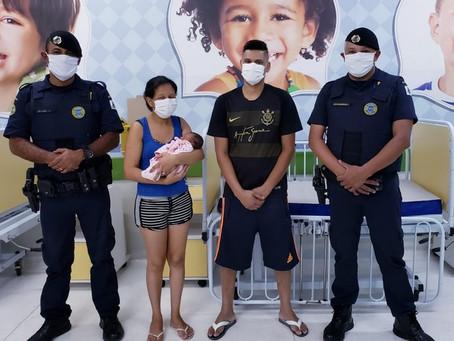 Guardas civis socorrem recém-nascida engasgada