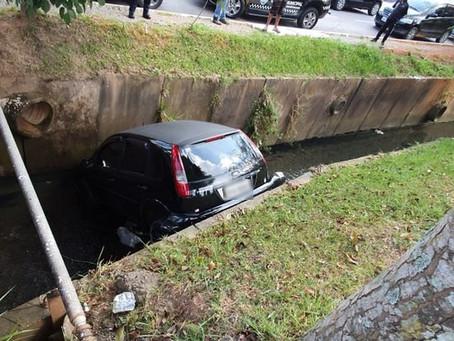 VGP: Veículo desgovernado desce rua e cai em córrego