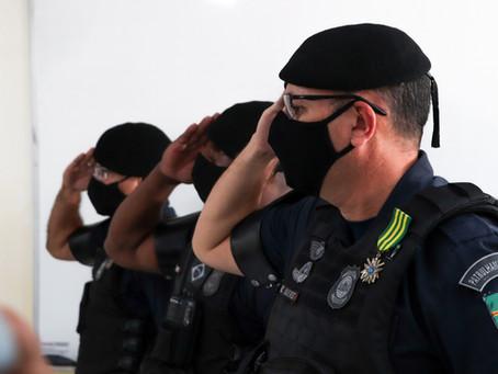 Guardas civis são condecorados após salvarem vida de recém-nascido