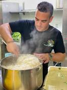 השף איציק טפירו מבשל עם מתנדבי אלון ואלה