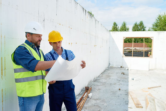 construction-worker-discussing-floor-pla