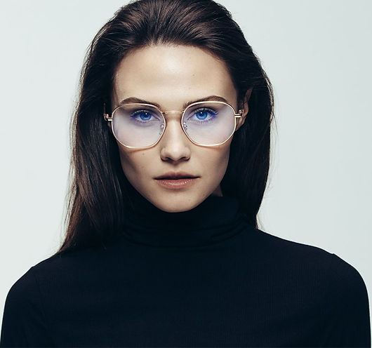 Okulary korekcyjne damskie kwadratowe.
