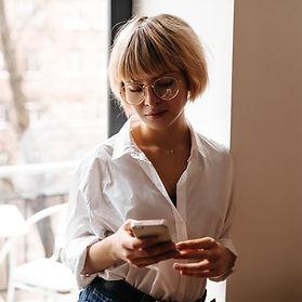 Okrągłe okulary korekcyjne damskie.