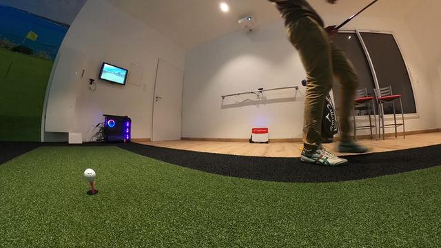 En immersion totale dans un simulateur de golf Addon Golf