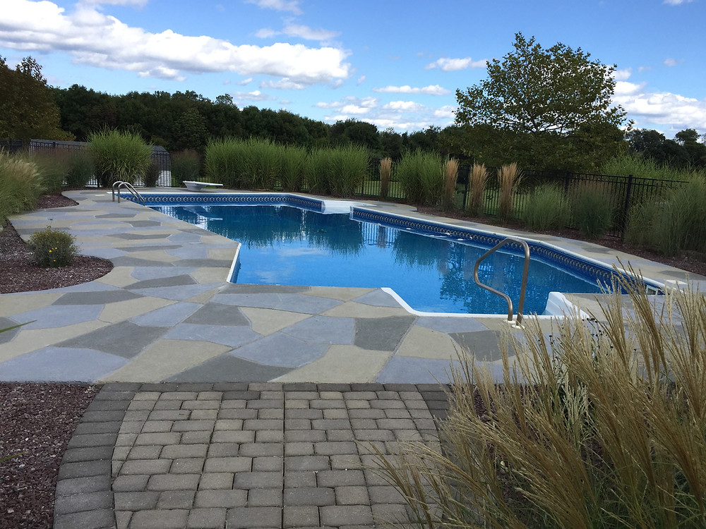 Concrete pool deck in look and feel of Granite Slate flagstones