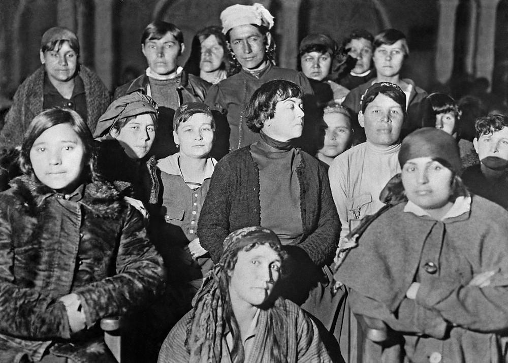 Alexandra Kollontai con trabajadoras rusas