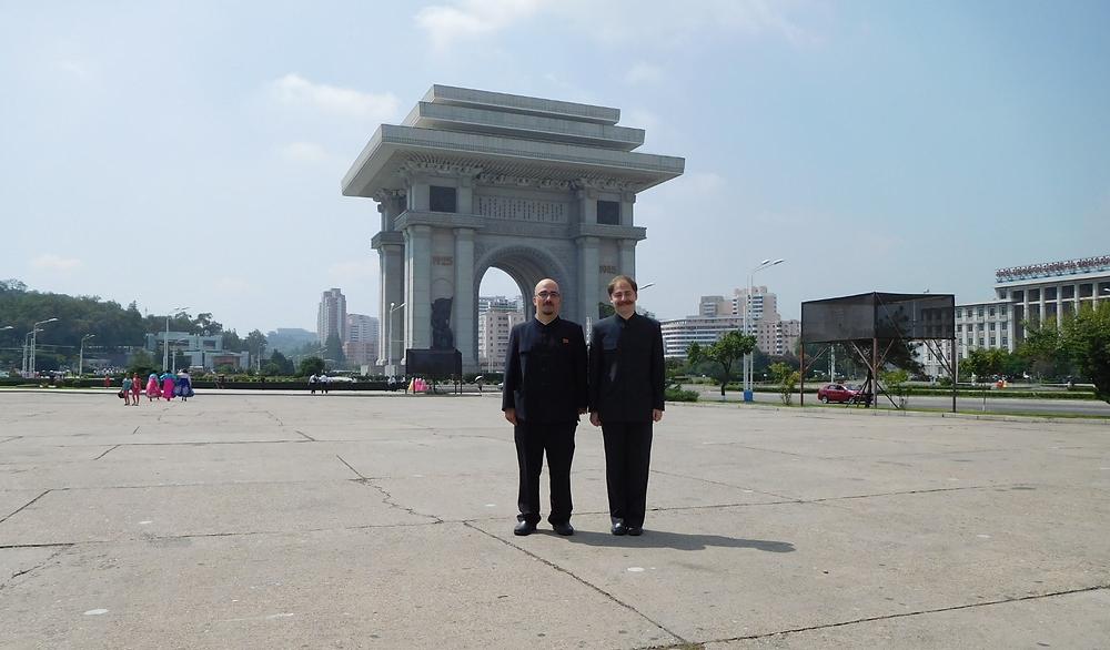 Lorenzo y Aitor frente al Arco de Triunfo de Pyongyang, el más grande del mundo.