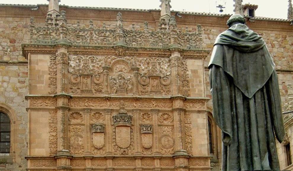 Estatua de Fray Luis de León frente a la fachada de la Universidad de Salamanca