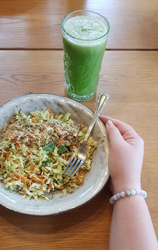 Cabbage-mint-carrot salad with thahin dressing