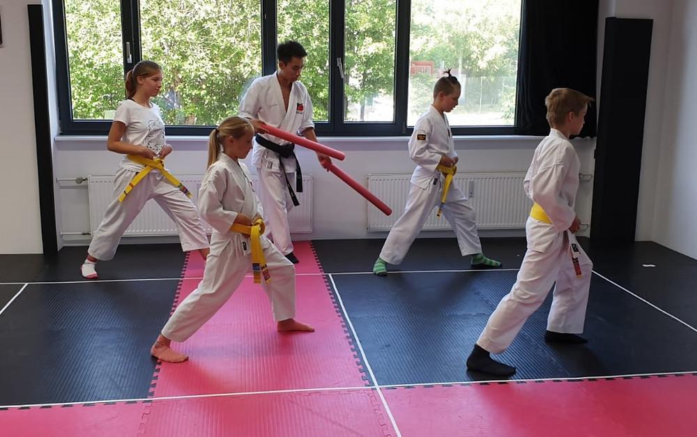 Konzentrierte Karate-Übungen
