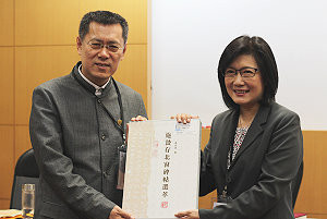 中華孔孟學會理事長李慶安(右)與參與論壇學者交流。攝影:劉晏如。