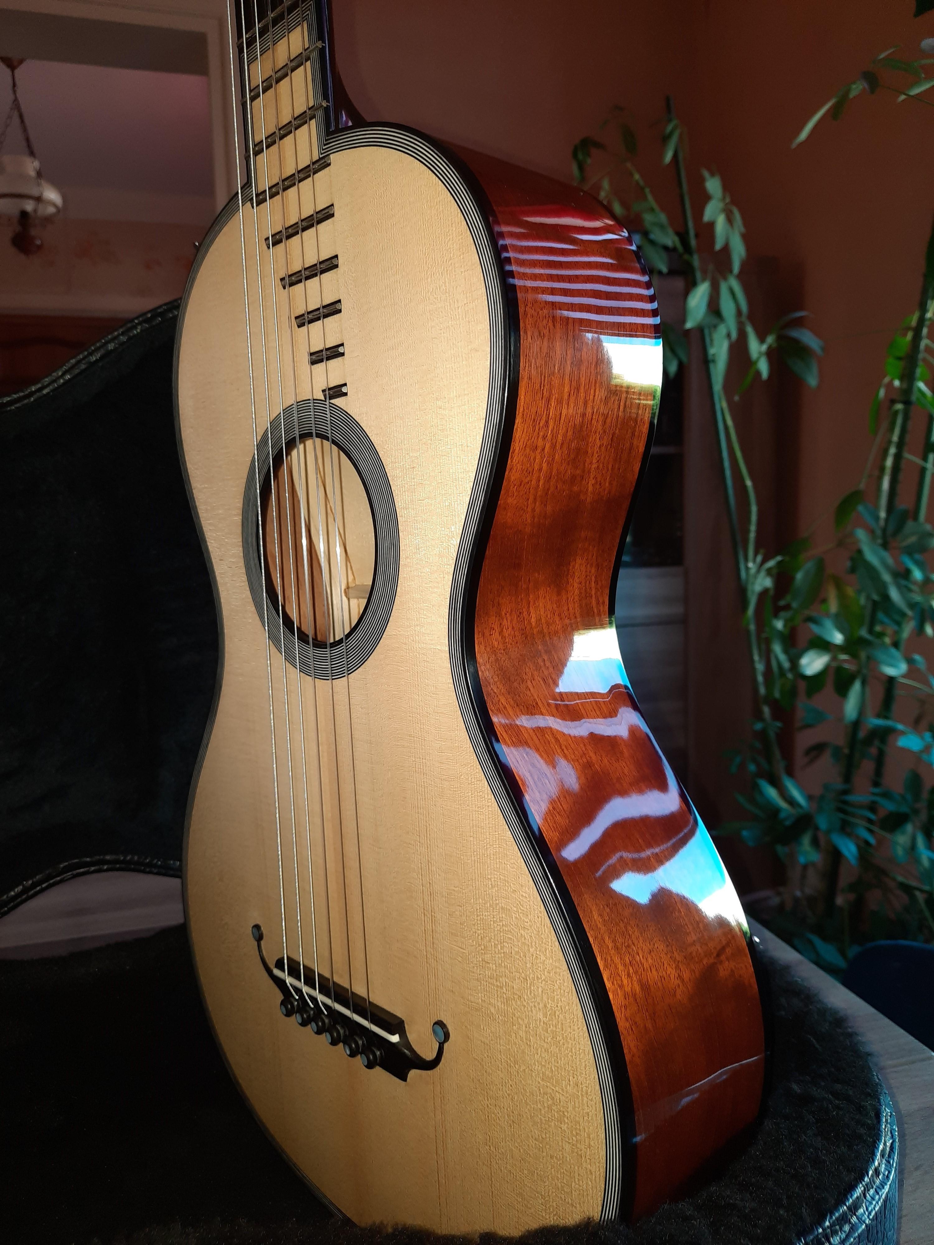 Amélie Bouvret luthier Chalon sur Saône - guitare romantique R. Lacôte