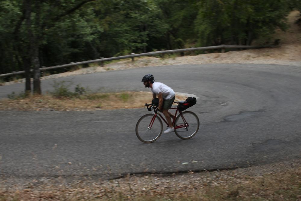 cycliste vintage dans l'ascension de la sainte baume.