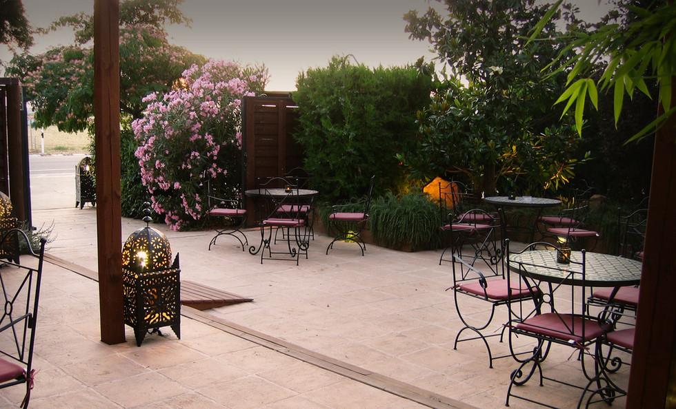 Jardín con mesas