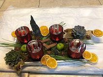 photophores rouges, échéverias, écorces d'orange,petites pommes,canelles, étoiles d'aniset décorations de Noël
