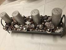 bougies argents et décoration blanc-argent sur un plateau gris