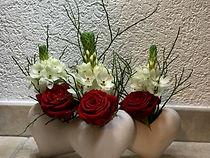 Vase avec roses rouges ,ornithogalum et verdures