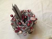 Poivres roses,bougies, boules roses et décorations de Noël.