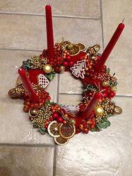 Eglantier,poivres doré,tranches d'agrumes,bougies et décorations de Noël