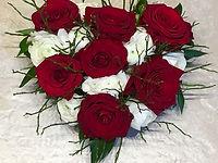 Roses rouges et renoncules blanche et verduress