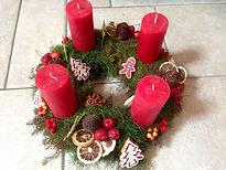 Conifère,pives,pommes rouges,tranches d'agrumes et décorations de Noël.