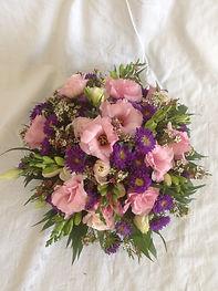 Le panier, lysianthus,reine-marguerite et fleurs de cire