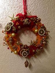 Eglantier,poivres doré,tranches d'agrumes,laine orange et rouge,et décorations de Noëld'agrumes