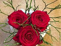 Roses rouges et verdure piqué dans un coeur blanc