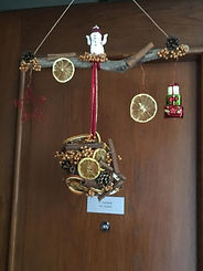 Boule suspendue avec pives,grains de poivre,tranches de citron et décorations de Nöel
