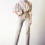 Model w jedwabną bluzkę