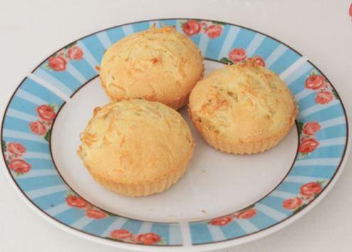 prato branco com borda em detalhes de azul, com 3 empadas feitas com tapioca