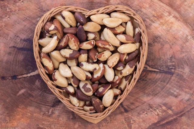 fundo de madeira com cesta no formato de coração