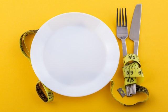 prato branco em fundo amarelo