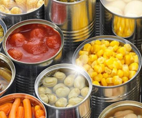 varias latas com alimentos em conservas: azeitona, milho, cenoura