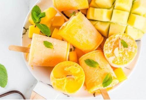 pote de cerâmica branca com frutas amarelas e sorvete