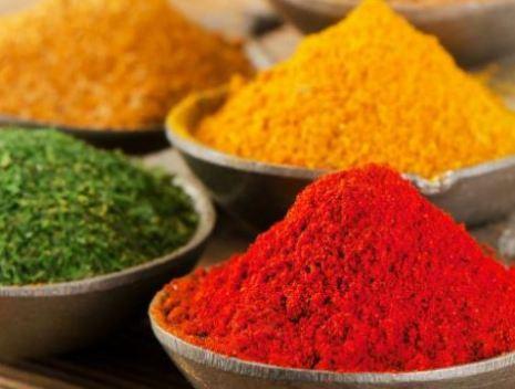 potes de porcelana com alimentos em pó nas cores vermelha, amarela e verde