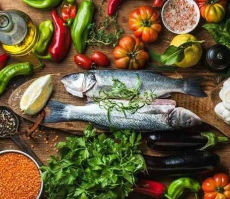 mesa de dieta mediterrânea com peixe, legumes, verduras, grãos
